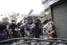 El número de muertos en el terremoto en Nepal se acerca a los 2.000