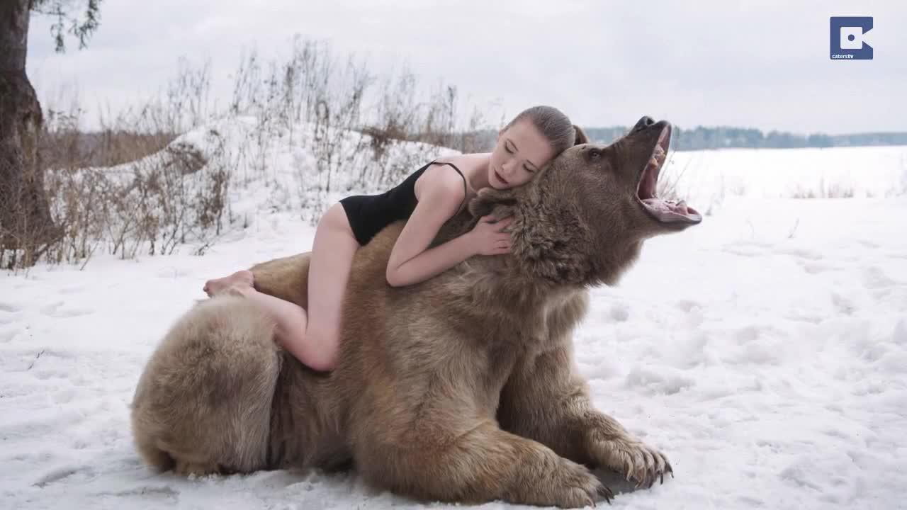 Dos modelos rusas desafían al frío para defender a los osos pardos