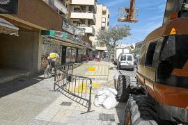 La grúa que hundió la acera en Vila rompió una tubería de saneamiento
