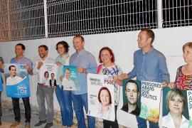 Sant Ferran acoge la tradicional pegada de carteles y colocación de banderolas