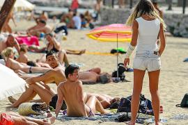 La ola de calor anticipa la llegada del verano y abarrota las playas de Eivissa