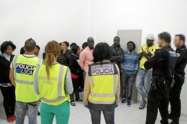 Un operativo policial conjunto en Sant Antoni se salda con 19 denuncias por venta ambulante