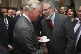 Histórico apretón de manos entre el príncipe Carlos y Gerry Adams