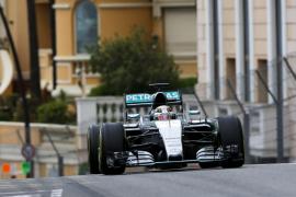 Hamilton domina los líbres en Mónaco a pesar de la lluvia