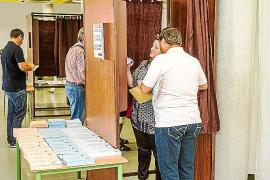 Las Pitiüses votan sin graves incidencias
