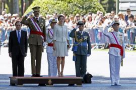 Aplausos para Felipe y Letizia en su debut como Reyes en el Día de las Fuerzas Armadas