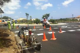 Formentera aplica una capa de asfalto antipatinazos en las rotondas