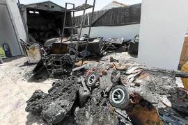 El incendio de un cobertizo en una terraza causa la alarma en s'Argamassa