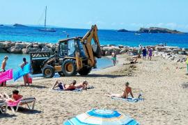 Vila moviliza un amplio dispositivo para limpiar sus playas tras la Nit de Sant Joan