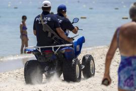 Policías armados patrullan las zonas turísticas de Túnez