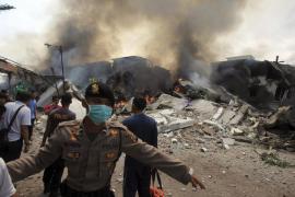 Al menos 55 muertos al chocar un avión contra un hotel y una vivienda en Indonesia