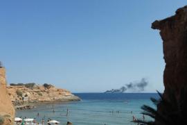 VÍDEO: Rescatan seis personas tras el incendio de su embarcación en Es Codolar