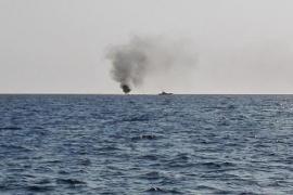Rescatan ilesos a los seis tripulantes de un barco incendiado en Cala Jondal