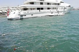 Basura a flote al lado de los megayates