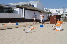 Sant Josep instala residuos gigantes en sus playas para concienciar sobre la limpieza
