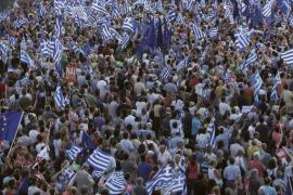 Miles de personas llenan Atenas en el cierre de la campaña por el referéndum