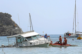 Reflotan la barca varada en Cala Llonga y la zona sigue acotada
