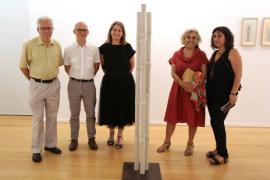 Margalida Escalas y varias personalidades tras una de las obras de la artista.