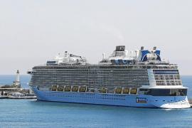 VÍDEO: Eivissa recibe el mayor crucero de su historia con 347 metros de eslora y 4.900 viajeros