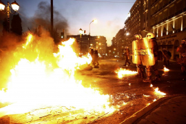 Incidentes entre policía y manifestantes en Atenas en protesta contra el acuerdo