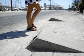 Vecinos y Vila exigen a la APB que corrija el suelo de la fachada marítima para evitar más caídas