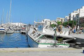 Dos personas heridas tras embestir un ferry  a una golondrina en el puerto