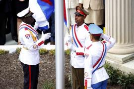 La bandera cubana es izada de nuevo en Washington