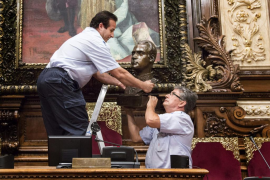 Colau retira el busto de Juan Carlos I del salón de plenos del Ayuntamiento de Barcelona