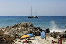 Un velero topa con una roca y queda varado en ses Salines