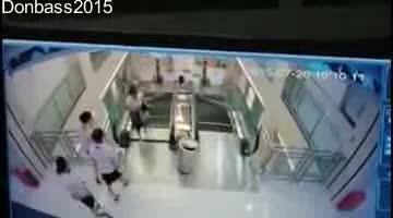 Una mujer china muere en una escalera mecánica pero salva a su hijo in extremis