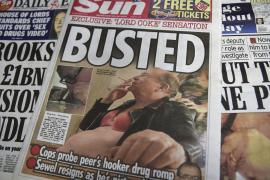 'The Sun' muestra fotos de lord Sewel fumando con sujetador naranja