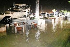 El agua invade un tramo del muelle de Marina Botafoch y deja inundadas algunas terrazas