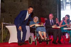 VÍDEO: Vila rinde tributo al comercio local y a los maestros con la Medalla de Oro de la ciudad