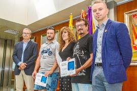 La indumentaria masculina y el 'ca eivissenc' lucen en los Premis Vuit d'Agost