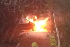 Arde un vehículo en la carretera de Sant Josep