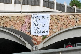 Aparecen carteles de protesta contra los taxis pirata en las carreteras de Eivissa
