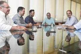 Los alcaldes de Eivissa harán un frente común para luchar contra el intrusismo y regular los fondeos