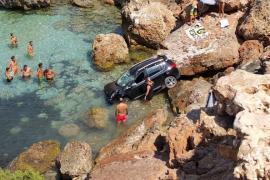 Un vehículo se precipita contra unas rocas en Platges de Comte
