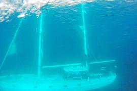 Un velero cargado de fuel lleva una semana hundido en aguas de ses Salines
