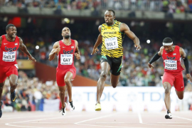 Bolt bate a Gatlin y alarga su leyenda en los 100 metros