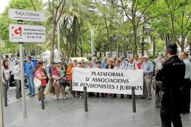 LA PLATAFORMA A D'ASSOCIACIONS DE PENSIONISTES I JUBILATS PROTESTA CONTRA EL COPAGO FARMACEUTICO.