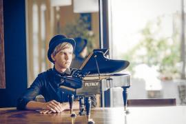 Un joven pianista criador de pollitos