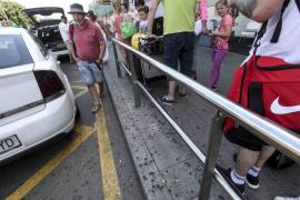 Aena no ha recibido la petición de retirar la barrera de los taxis