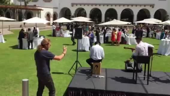Tocan la música de Maná en una boda y descubren al propio Fher grabándoles