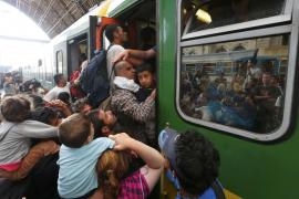 Tusk pide a los líderes europeos que se repartan «al menos 100.000 refugiados»