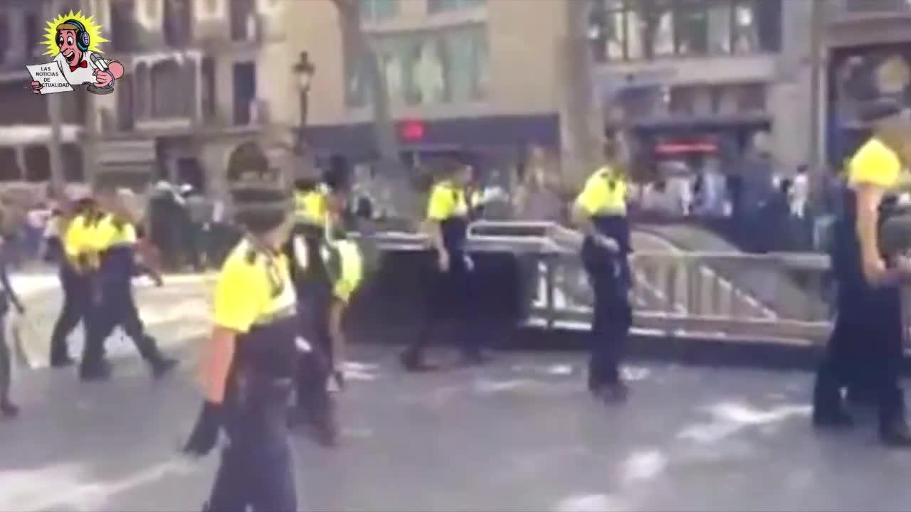 Cuatro urbanos y una mujer, heridos en Barcelona por las pedradas de los manteros