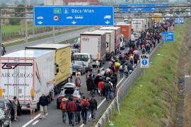 Austria y Alemania abren sus fronteras a miles de inmigrantes exhaustos