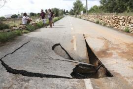 La rotura de una tubería provoca un socavón en el Camino Viejo de Sant Mateu