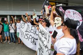 Los taxistas se manifiestan en el aeropuerto contra los 'taxis pirata'