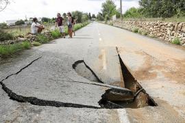 Un gran socavón deja el Camí Vell de Sant Mateu cerrado hasta el lunes